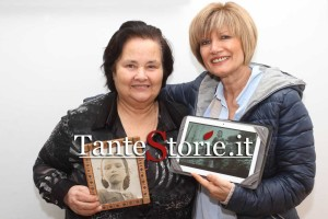 La signora Gianna con il sindaco Ornella Carnevale mostrano le foto scattare da Zavattini